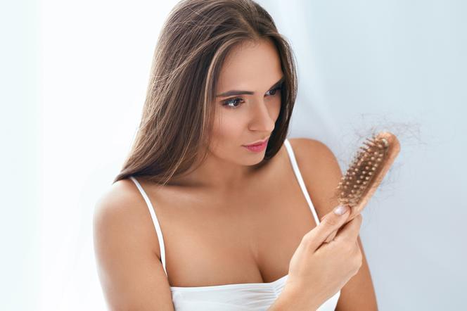 Czy wypadanie włosów po ciąży jest normalne? Trycholog podpowiada młodym mamom